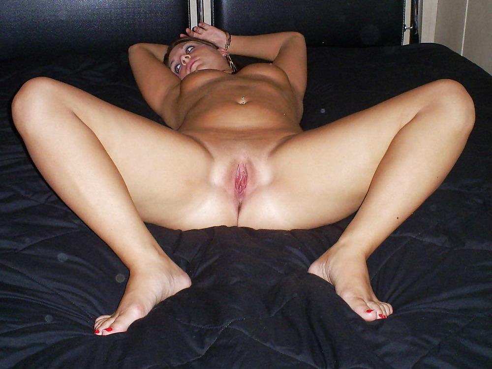 Шлюха в красном обруче хвастается розовой вагиной в комнате секс фото