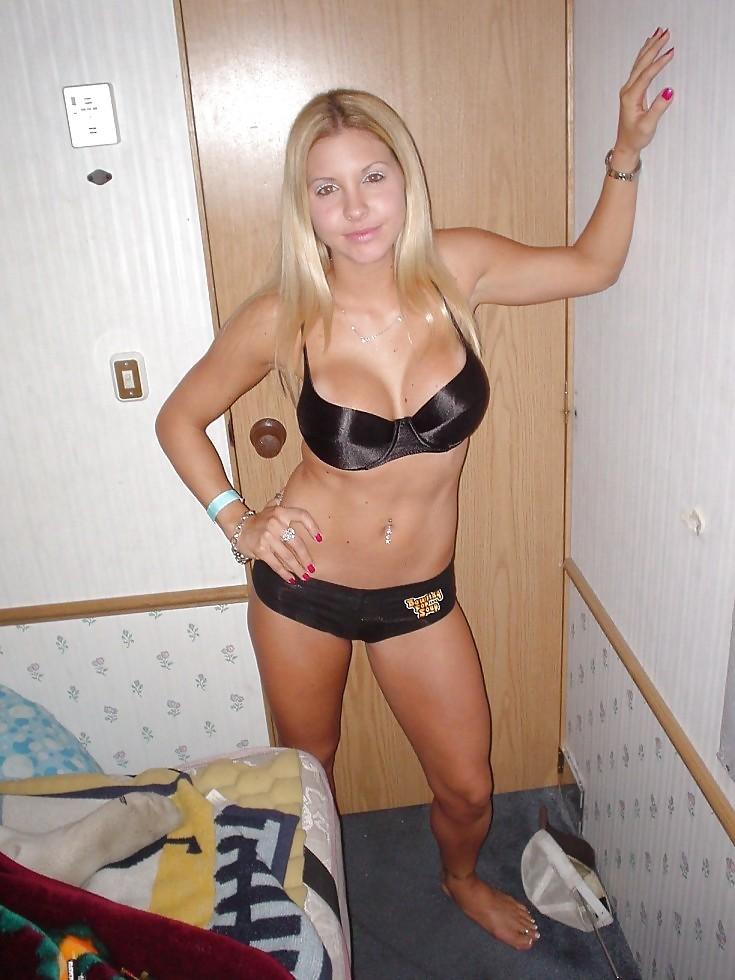 Блондиночка с крупными буферами мастурбирует в нижнем белье в квартире