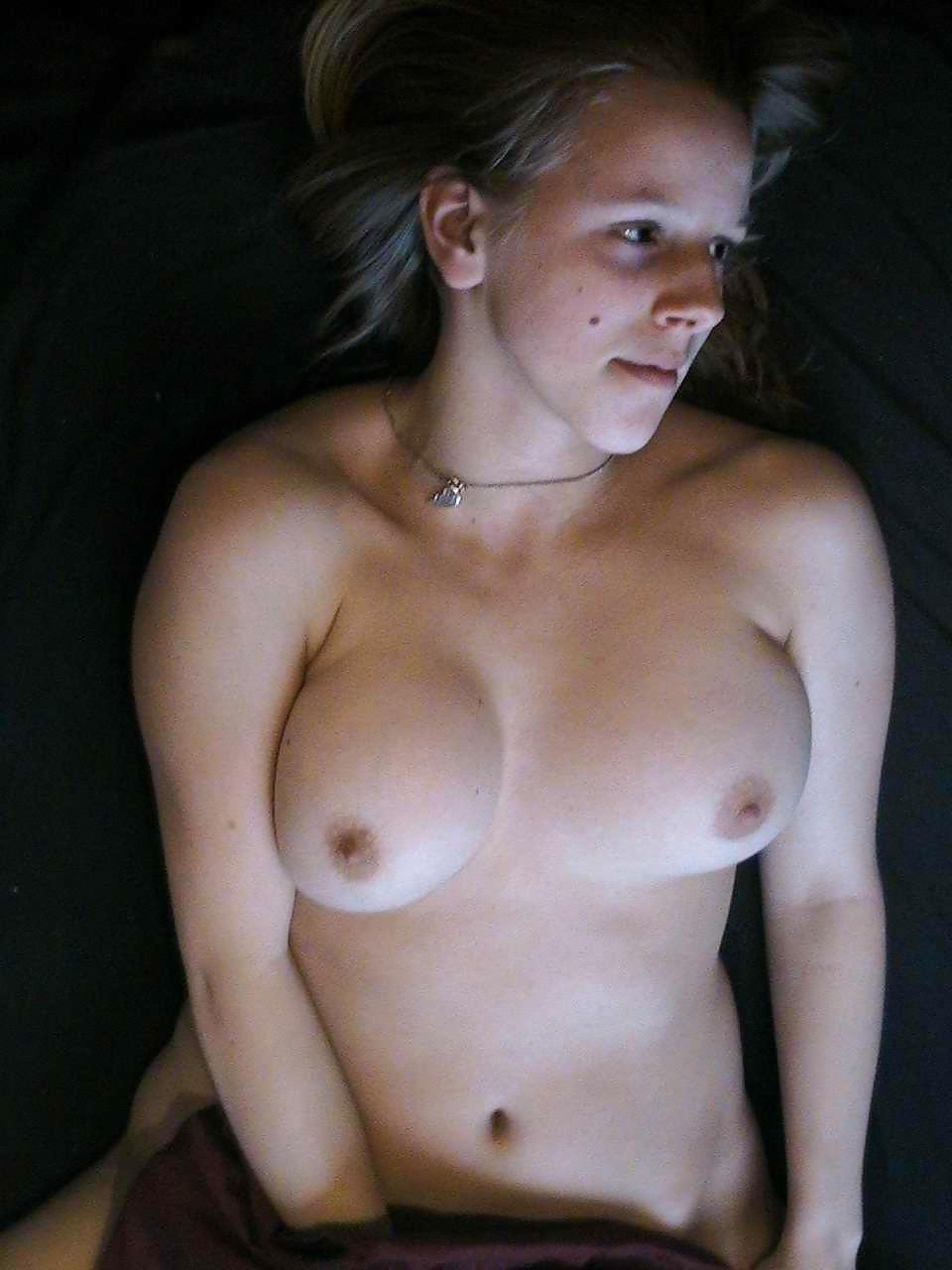 Двадцатилетняя грешница демонстрирует титьки третьего размера перед камерой