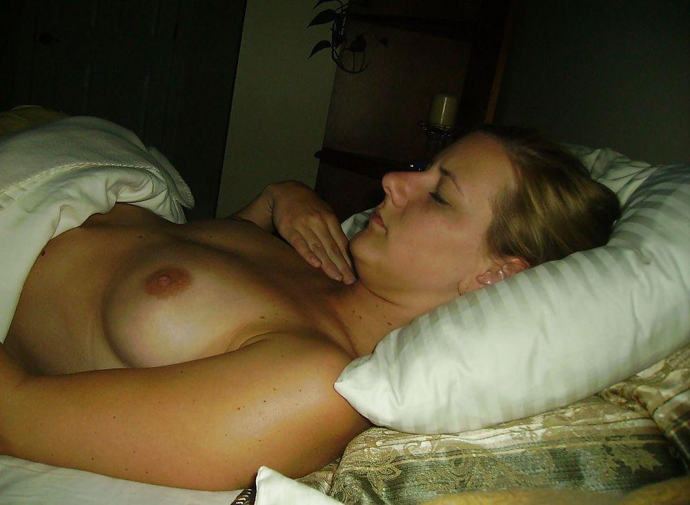 Девушка в спальне отсасывает писюн ухажера