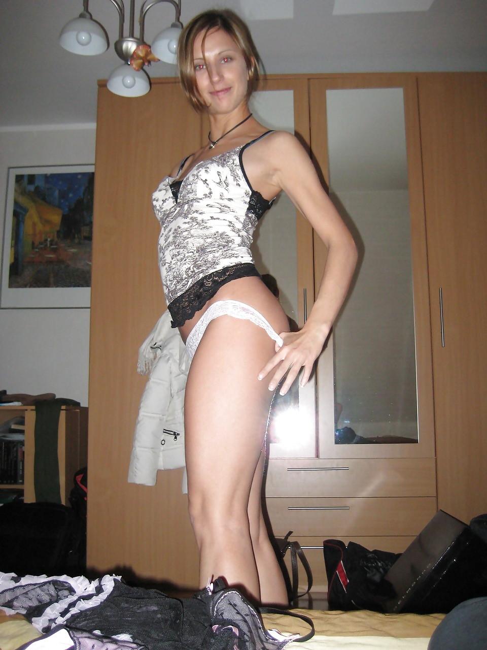 Баба в бикини сексуально снимается в койке