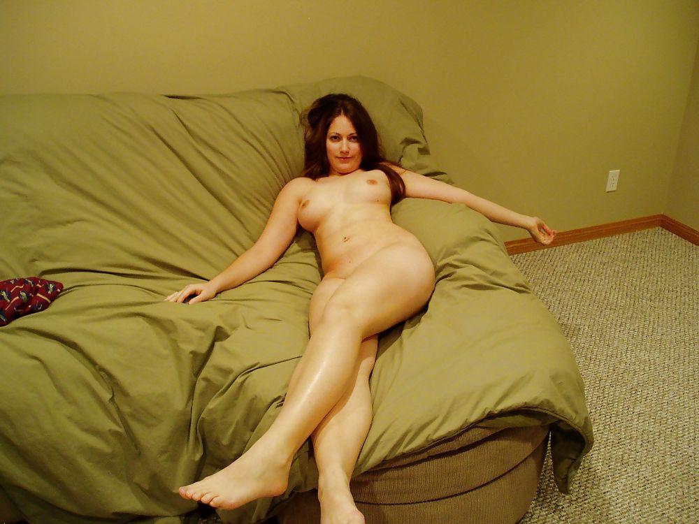 На кровати голая барышня делает минет