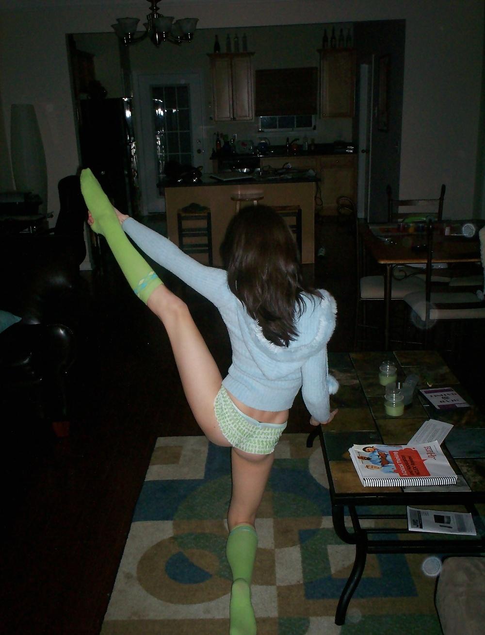 Молодуха со спортивными ножками вызывающе позирует дома