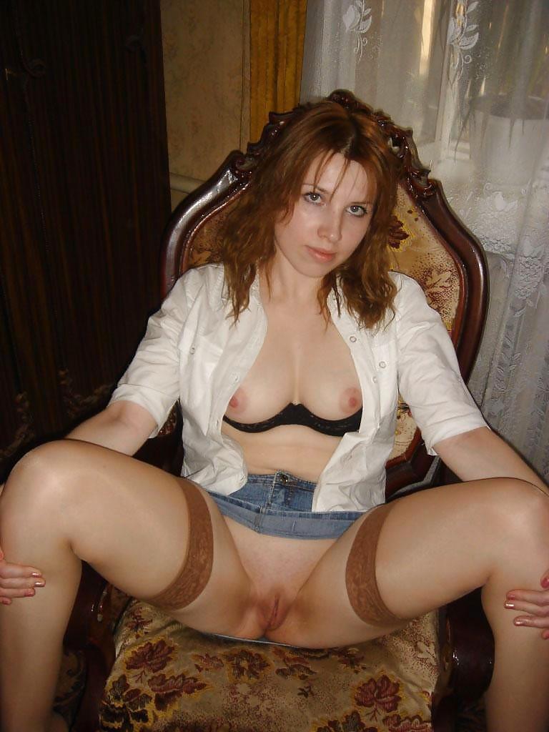 Телочка в джинсовой юбке раздвинула, ноги сидя в кресле