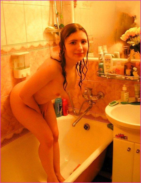Юная студентка со вьющимися волосами развратничает дома смотреть эротику