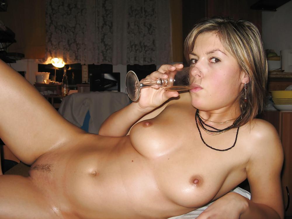 Выпившая баба с интимной стрижкой лежит голышом в постели с бокалом в руках смотреть эротику