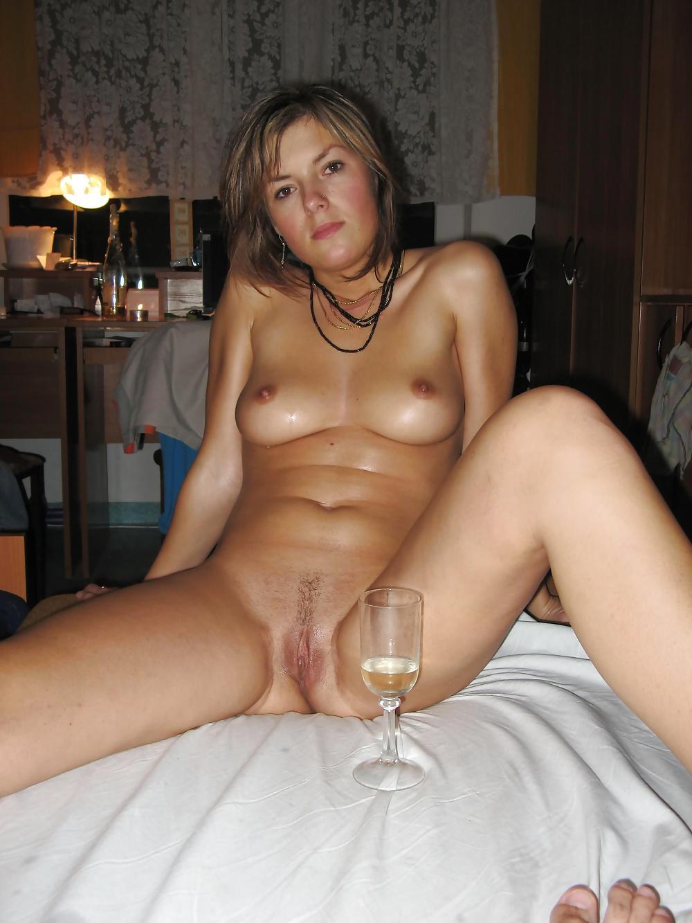 Голая девушка пьет вино сидя в своей комнате | домашнее порно и секс ...