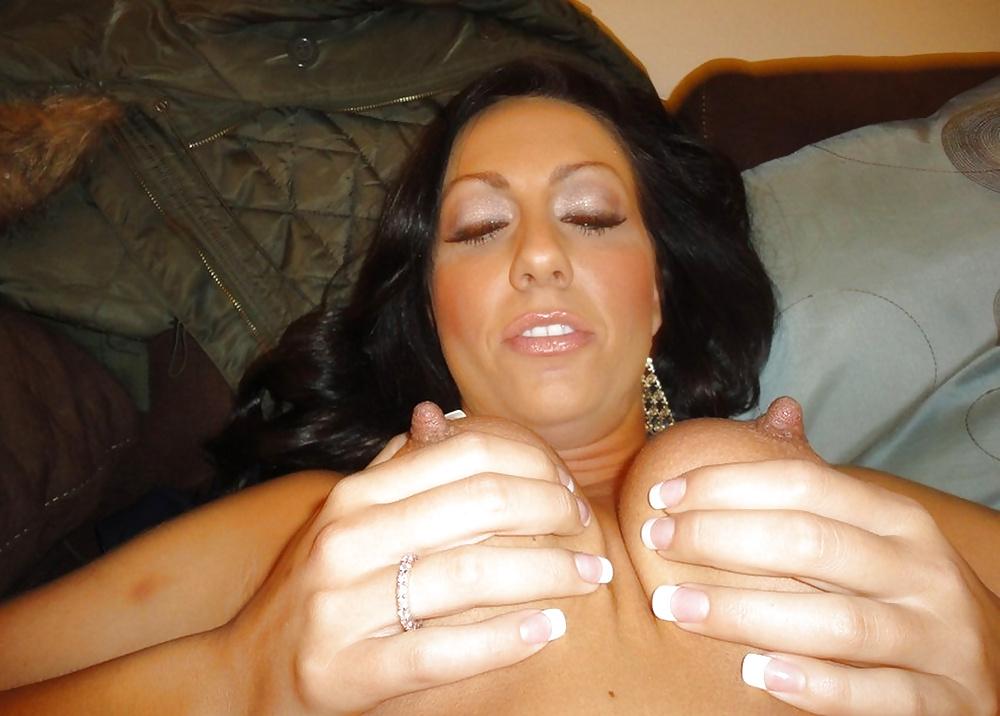 Брюнетка с торчащими сосками отсасывает хер любовника в апартаментах