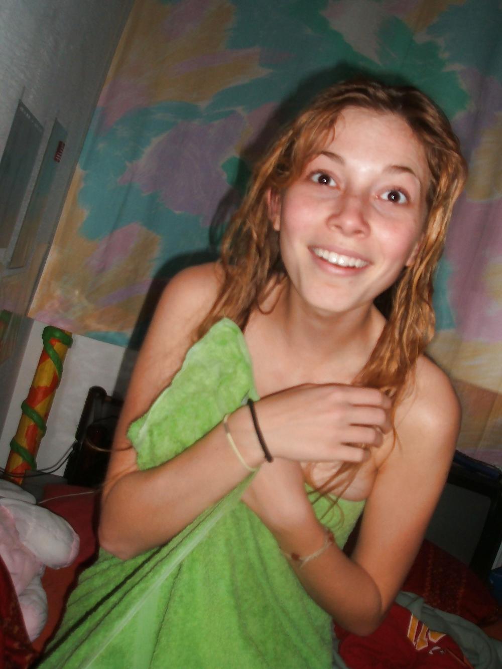 18-летняя девушка с влажными волосами бахвалится сиськами после душа