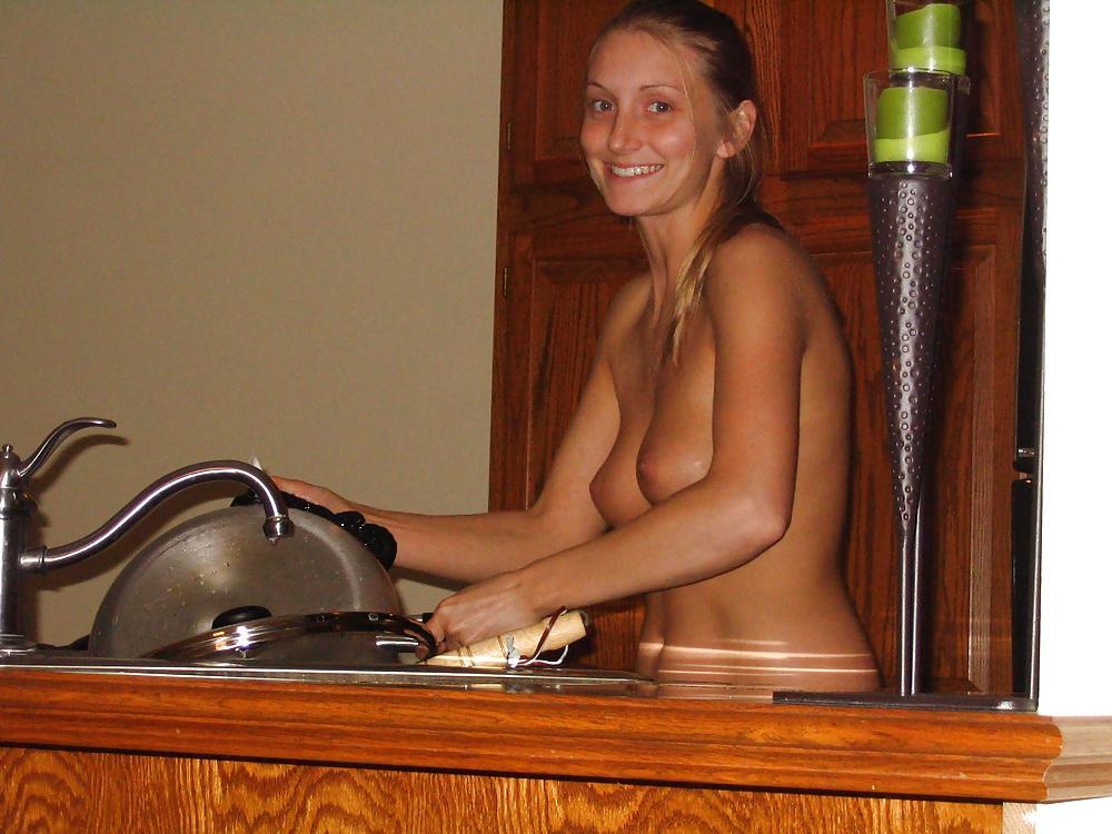 В квартире молодая девушка сексуально позирует в черном белье