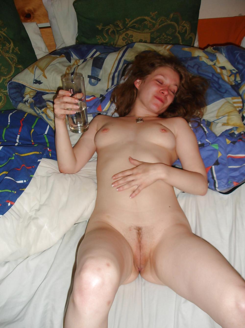 Молодая цыпочка разделась догола после того как выпила пива