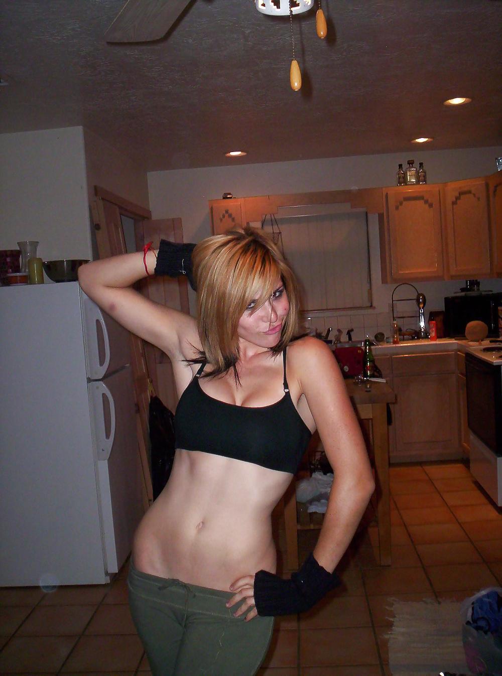 Врачиха в коротком халатике фотографируется в своей квартире