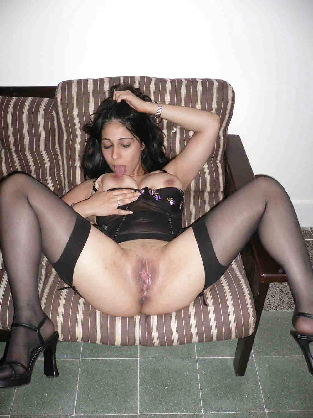 Любительница минета демонстрирует киску раздвинув ноги в чулках