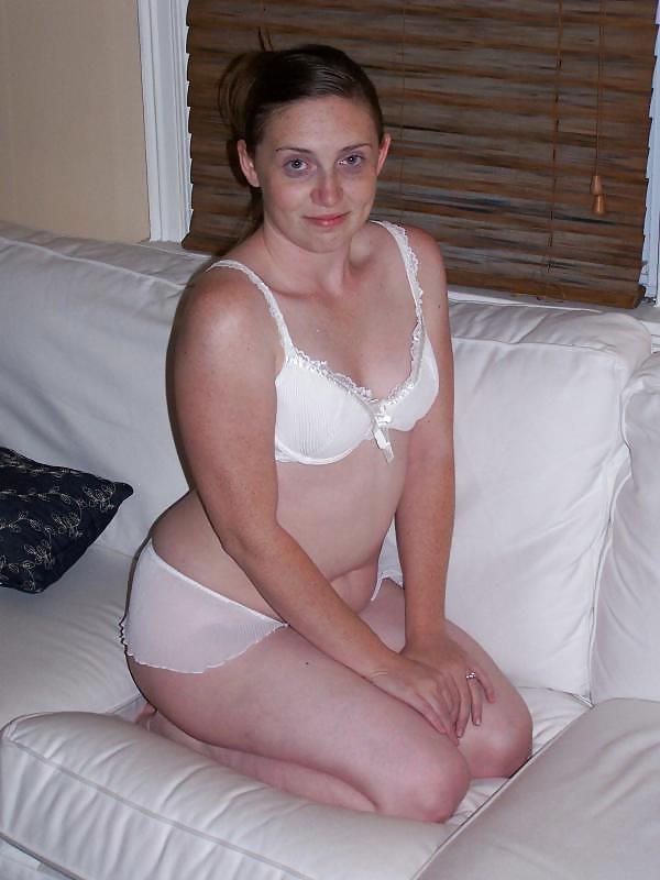 Конопатая мамочка в комнате мастурбирует в бикини