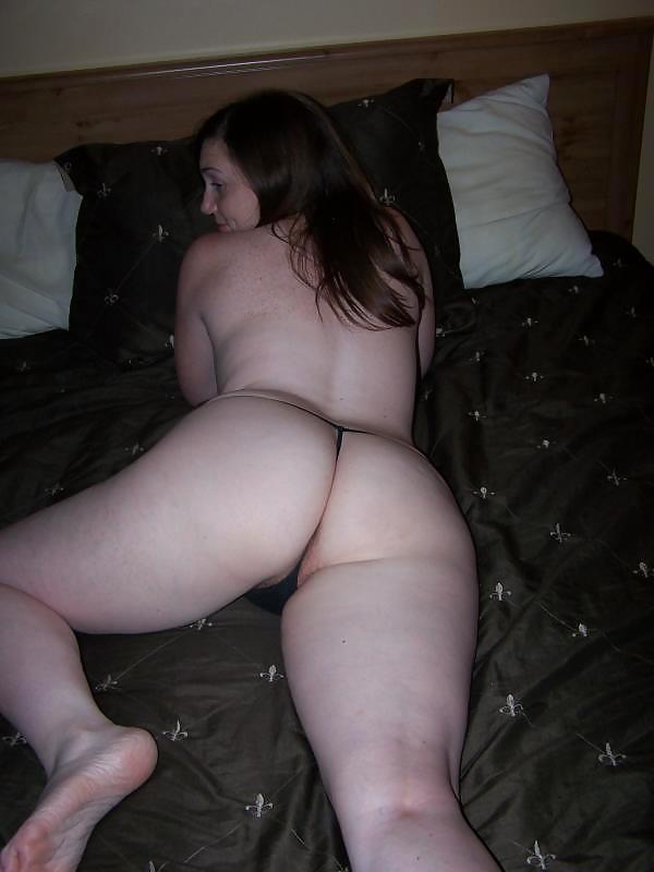Баба позирует собой в постели в одних бикини