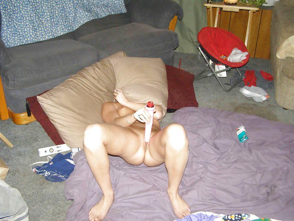 Блондинка полирует ртом пенис чувака у него в комнате