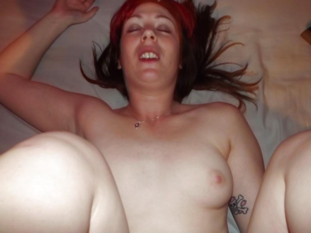 Татуированная баба дрочит после траха в очко