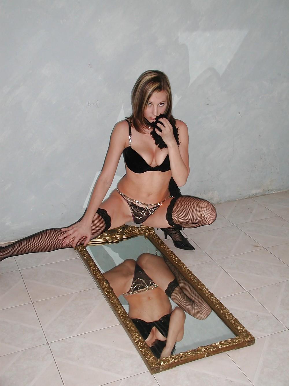Нимфа в нижнем белье эротично позирует в помещении