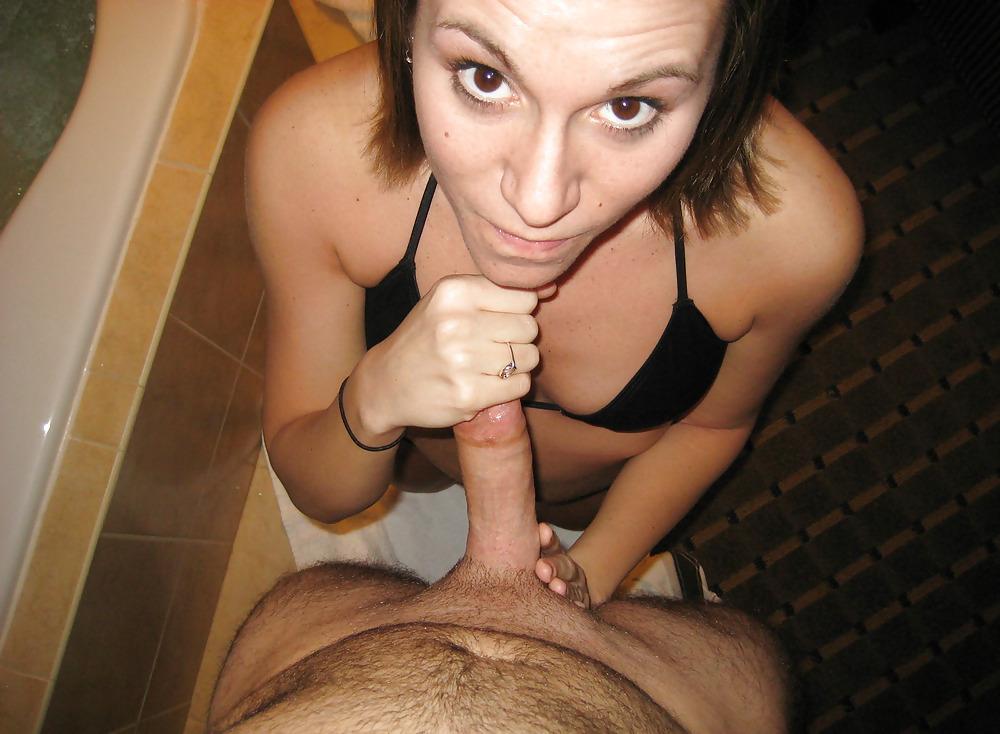 Девушка в своей комнате демонстрирует киску сняв трусики
