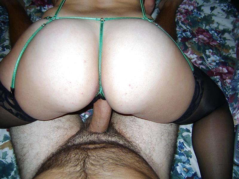 Бабенка в эротическом белье шалит с членом мужчины в зале