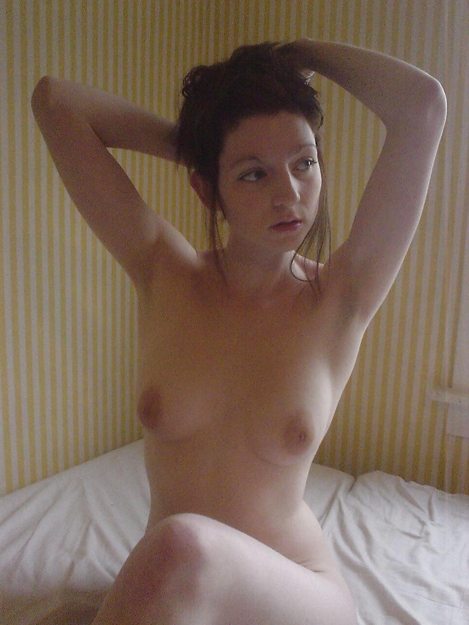 Топ-модель бахвалится голыми сиськами в парке и в своей квартире