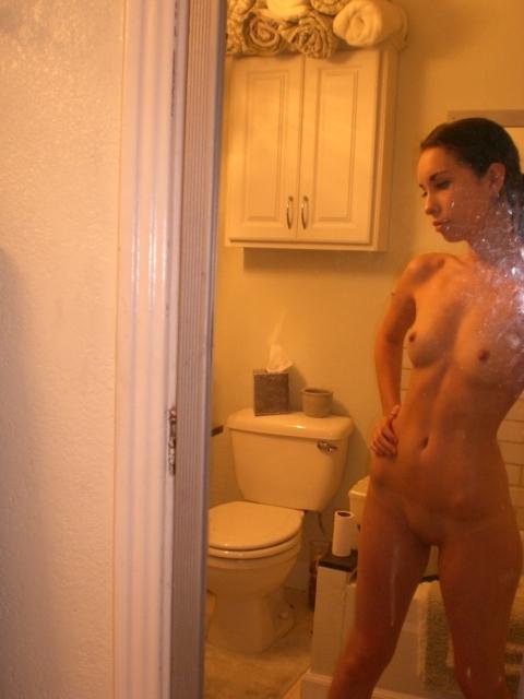 Девушка с плоским животом делает вульгарные селфи в душевой