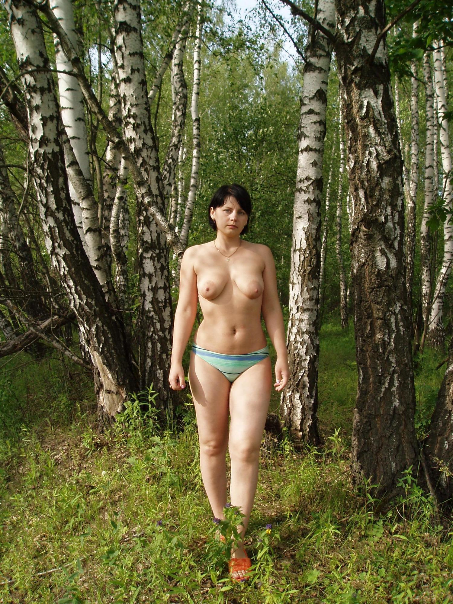 Мамка блистает в лесу горячей грудью третьего размера смотреть эротику