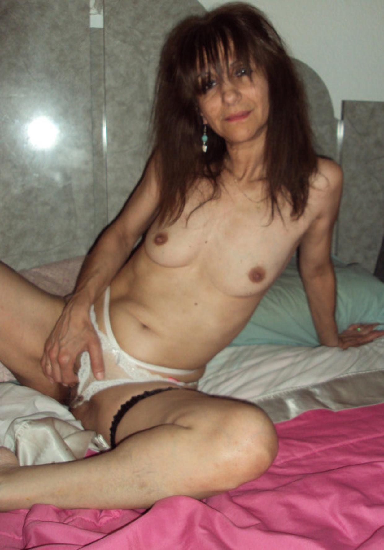 54 Летняя баба бахвалится потрепанной шмонькой лежа в спальне