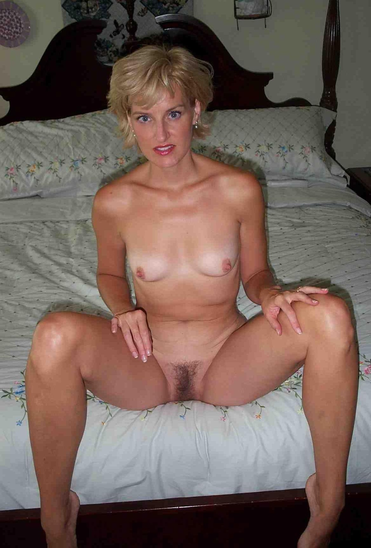 Зрелая блондинка светит мохнаткой перед камерой мужа