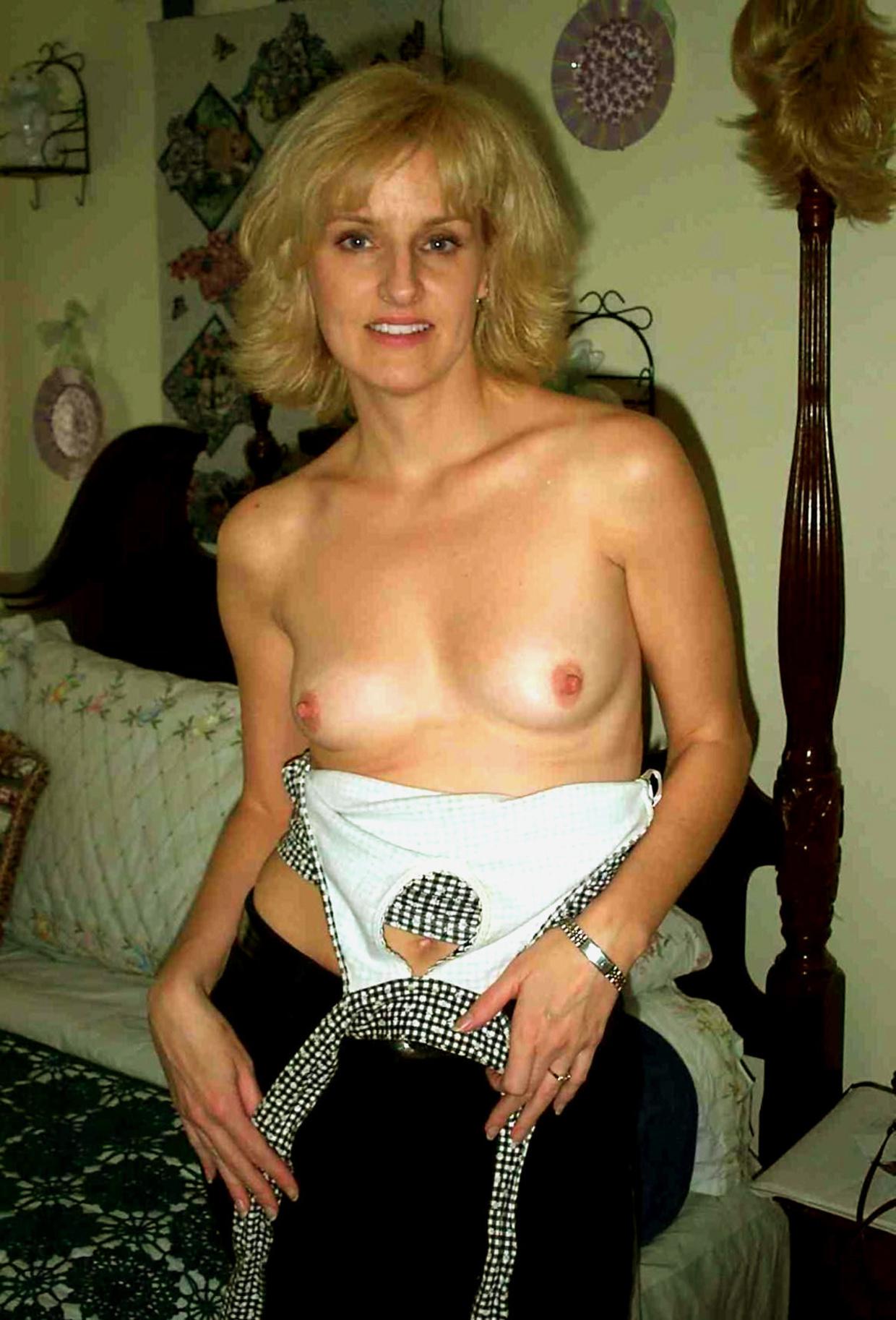 Загорелая зрелка в квартире хвастается грудью и небритой зоной бикини