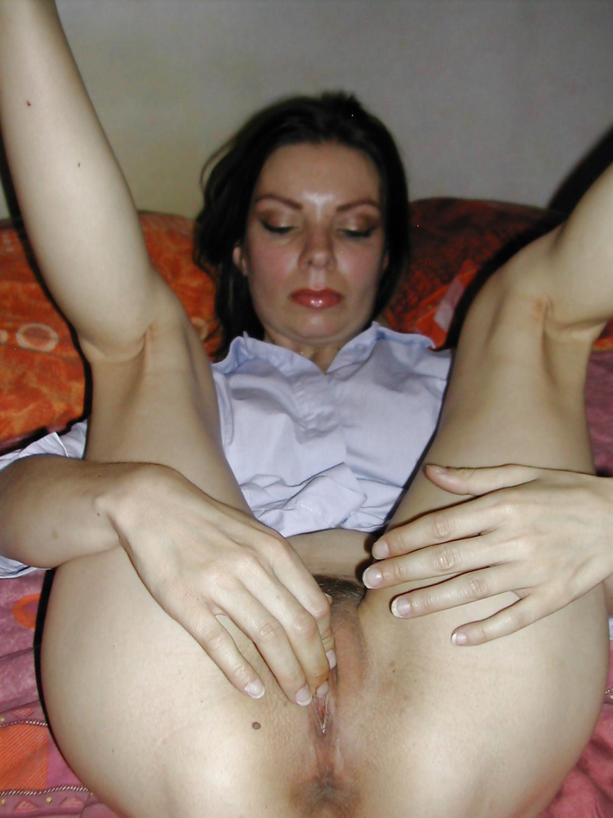Тетка в белоснежной рубашке в спальне бахвалится красивой вагиной