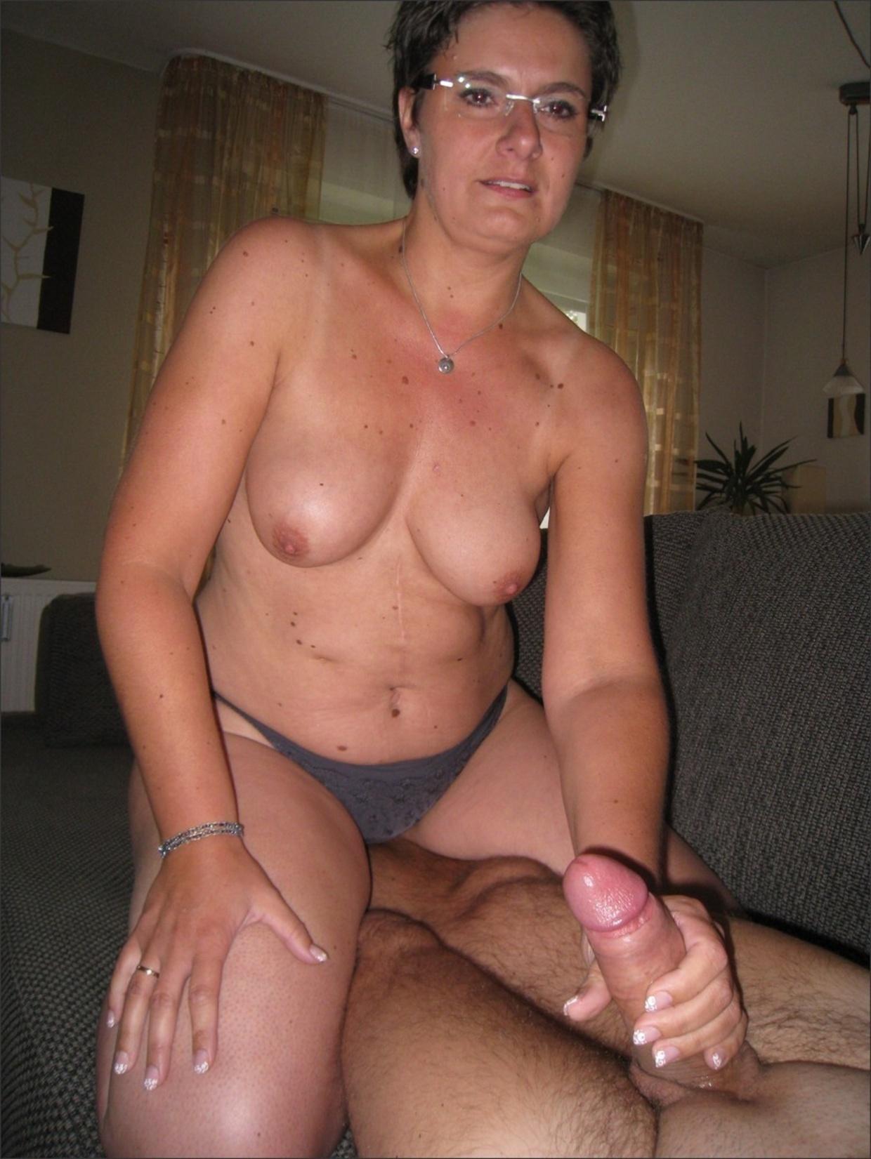 Зрелая девица с короткой стрижкой не прочь сосать фаллос и откровенно фотографироваться в комнате секс фото