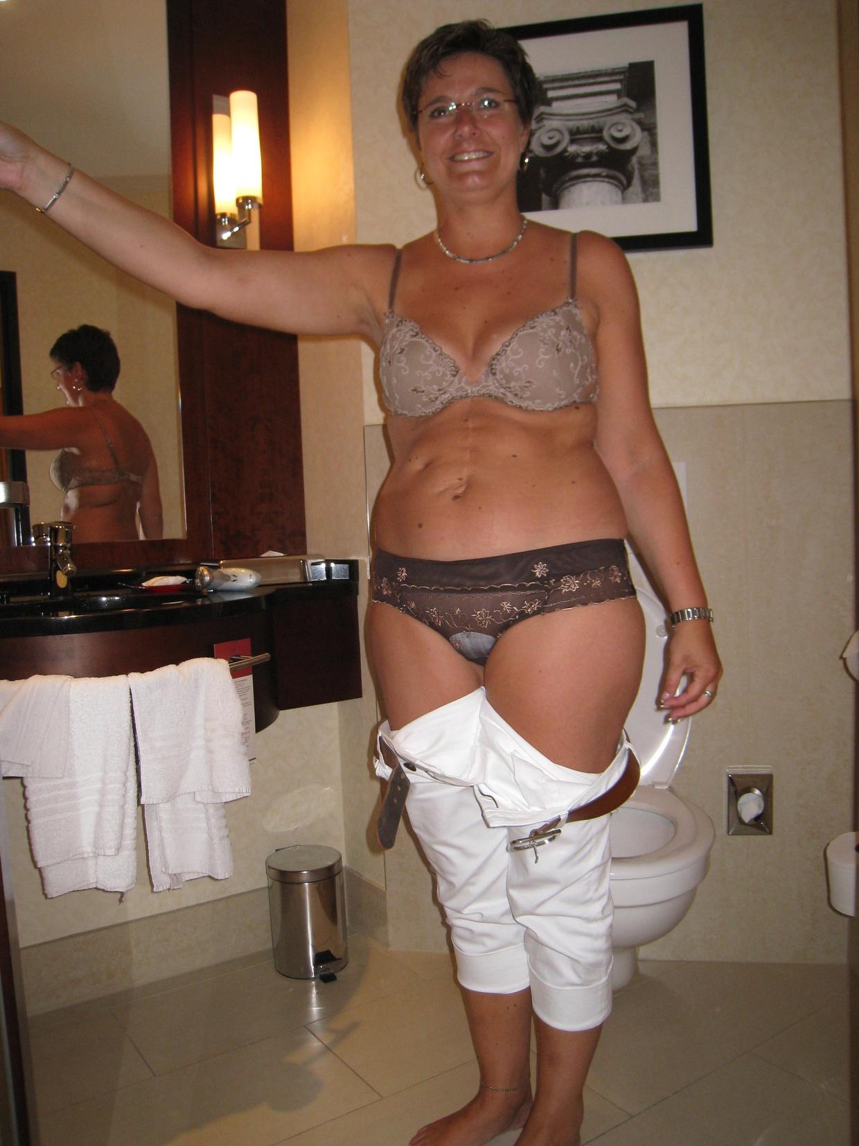 Взрослая мамка качественно заглатывает пенис стоя на коленях