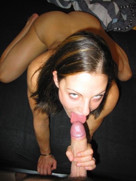 Тип трахает киску брюнетки, пока она мастурбирует очко