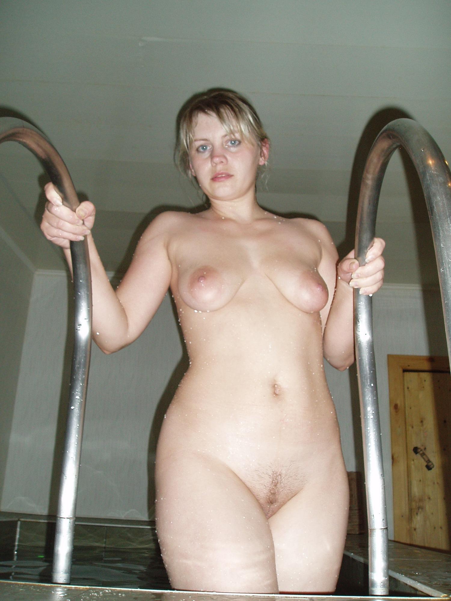 Голая мама с обвисшей грудью фотографируется в бассейне