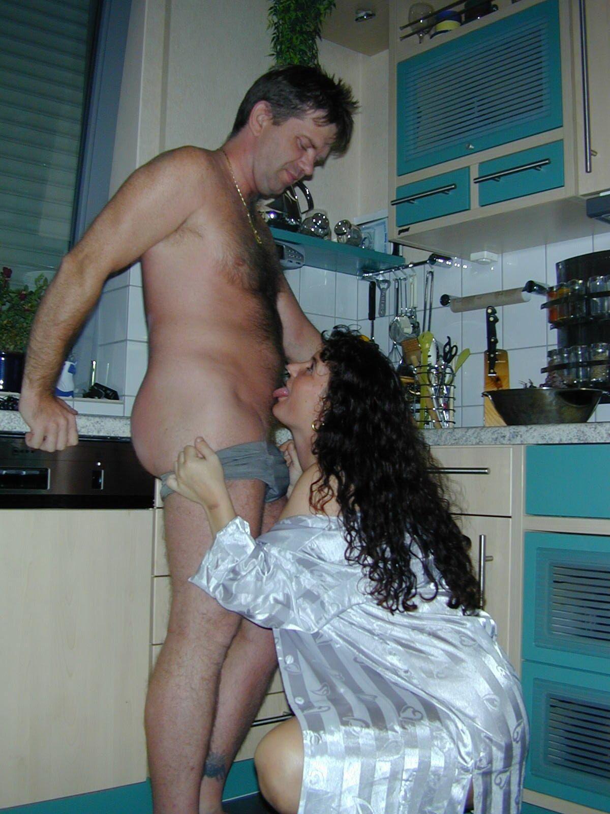 Беременная мамка сосет избраннику на кухне