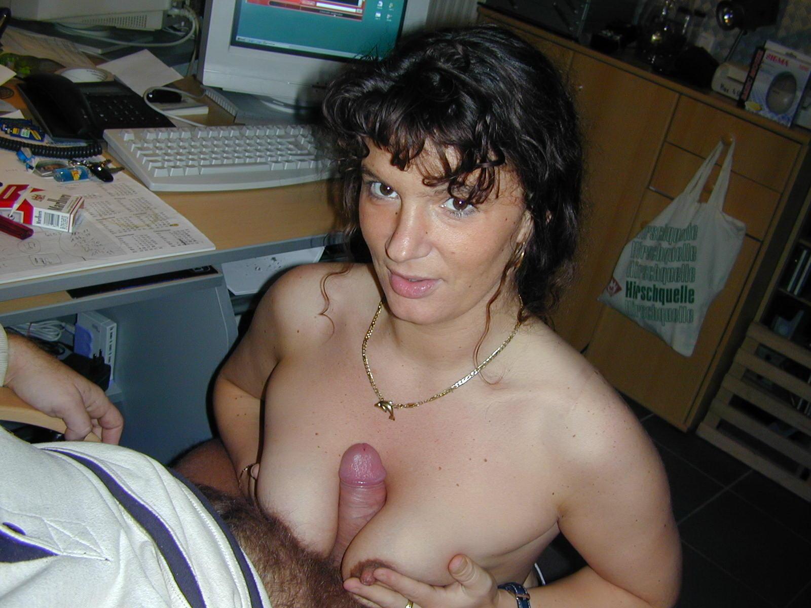 Тенмоволосая мамочка полирует пенис после шалостей с девушкой