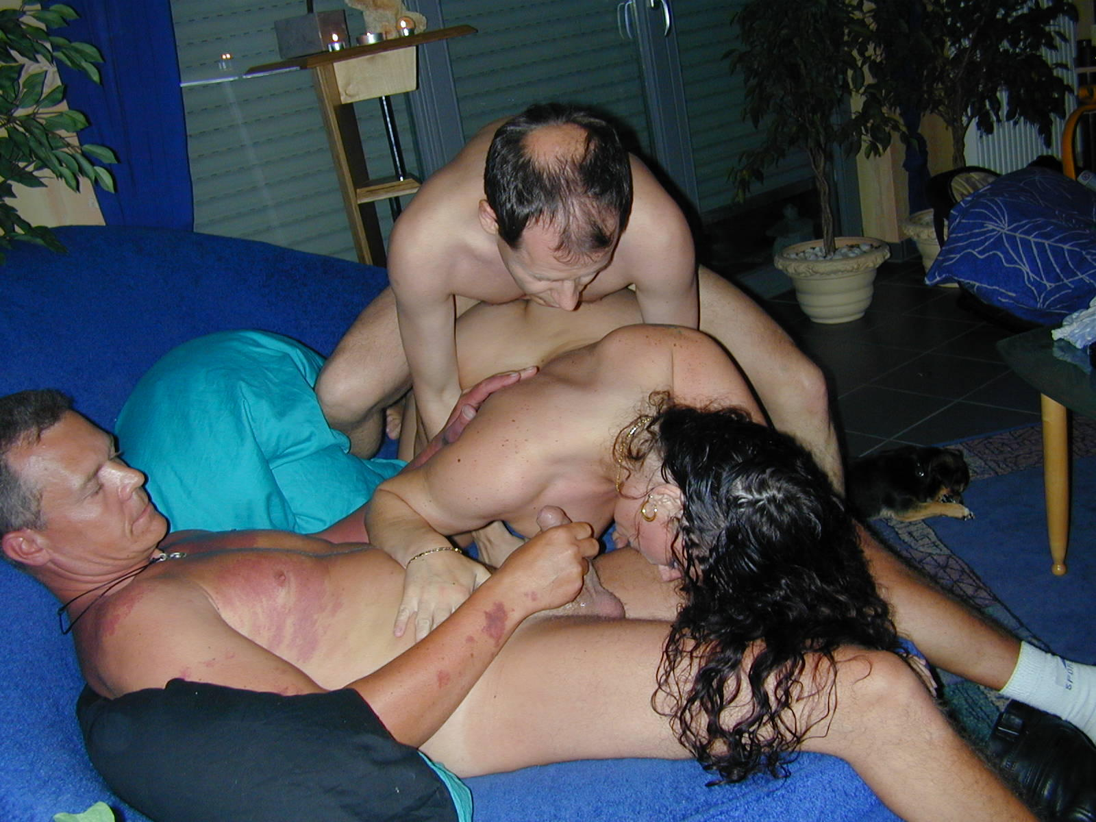Голая брюнетка готова принять на себя сперму после групповухи