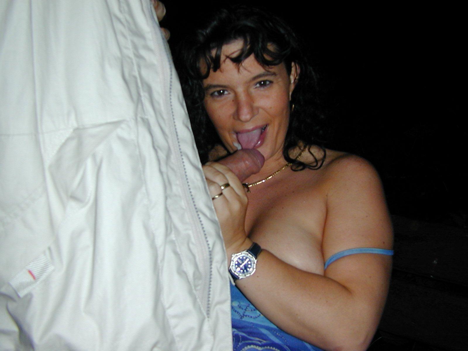 Сидя на лавке брюнетка сосет член пока другой ее лапает за грудь