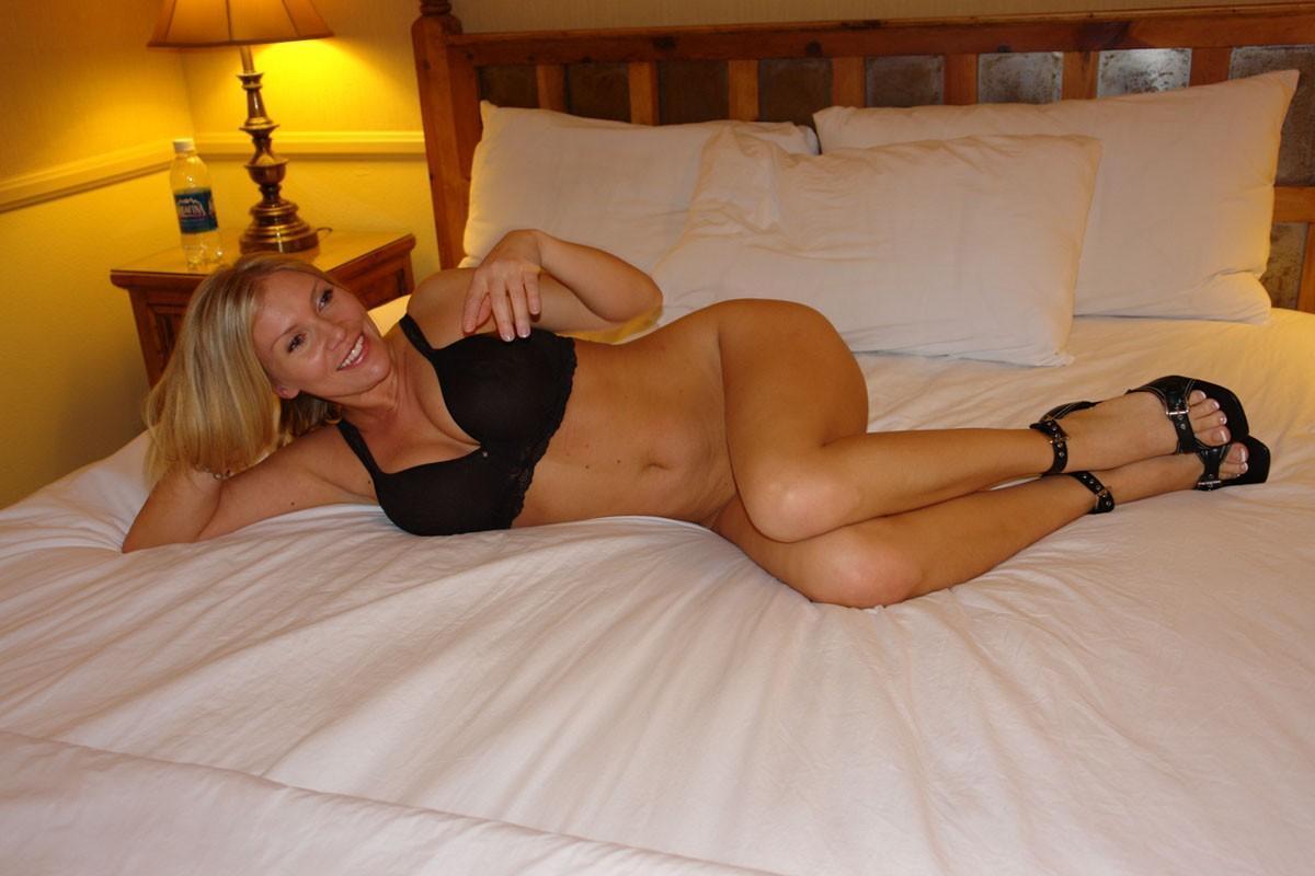 Блондинистая мамка с искусственными титьками в спальне сношается с любовником