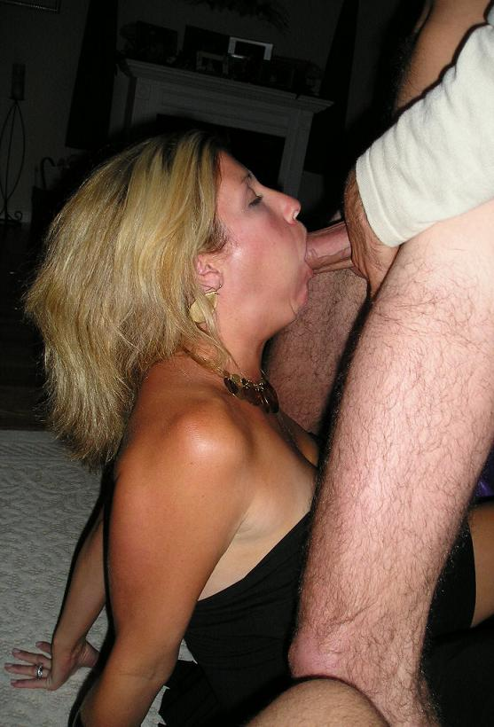 Белокурая мамаша в домашних условиях ртом удовлетворяет мужа