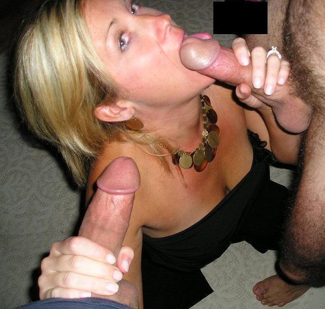 Стоя на коленях 43 летняя сучка удовлетворяет ртом сразу двух ловеласов