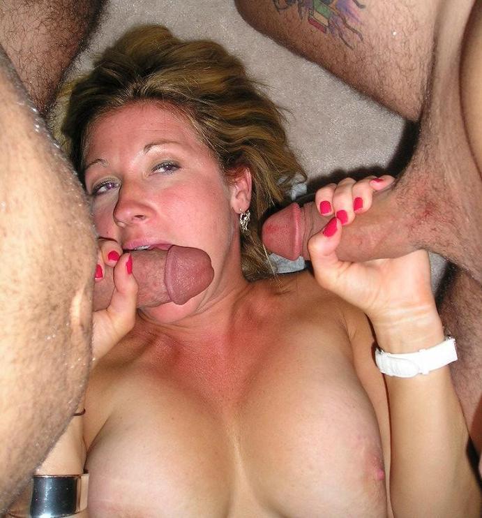 Возрастная светлая порноактриса удовлетворяет сразу троих мужиков на съемной хате
