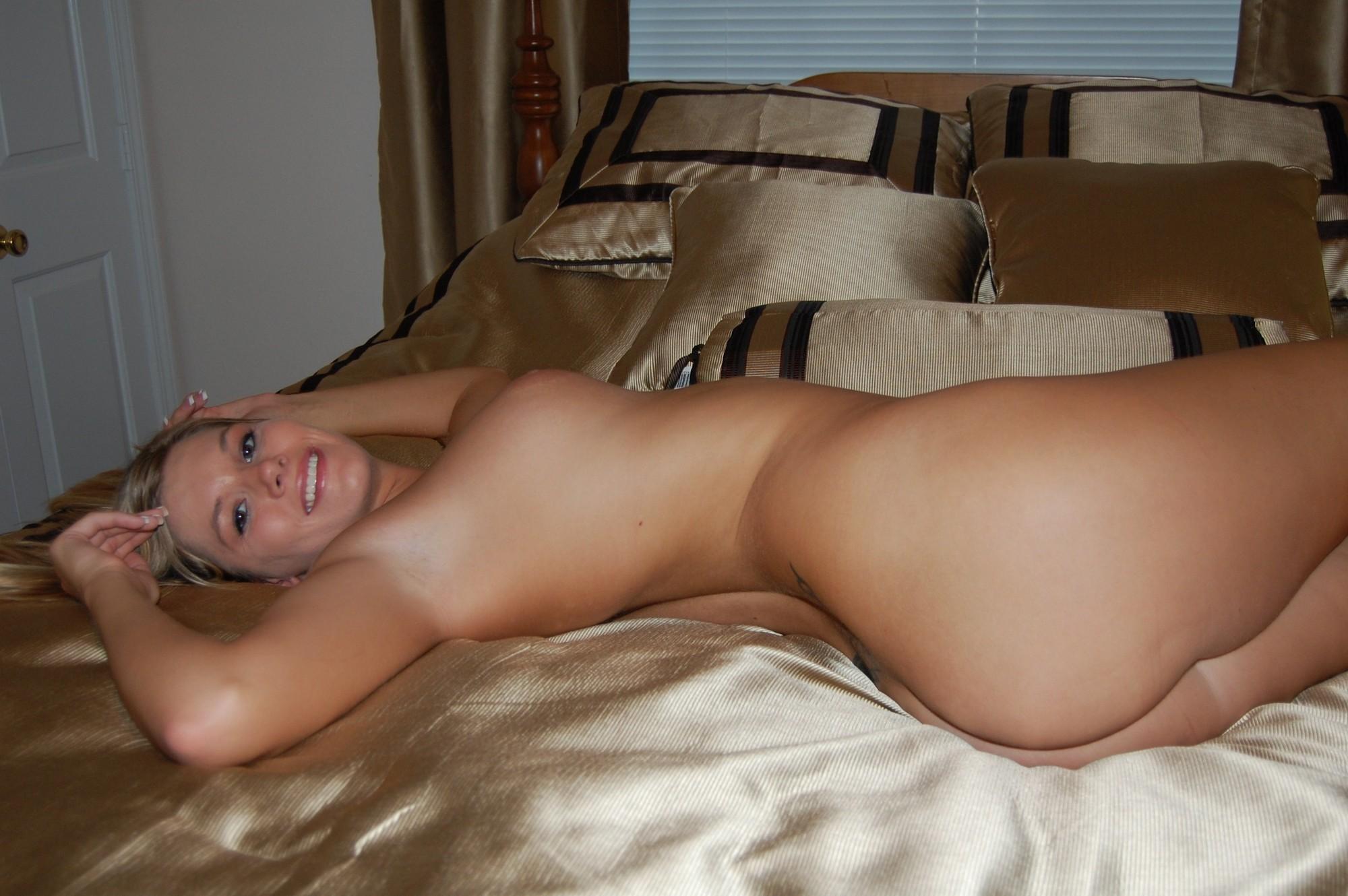 Голая блондинка дрочит член парню лежащему на кровати