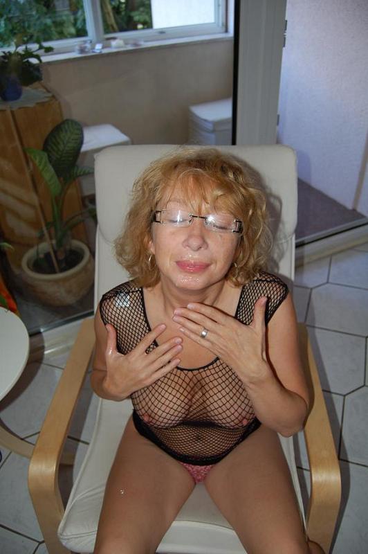 Возрастная сучка в очках сосет писю ради спермы