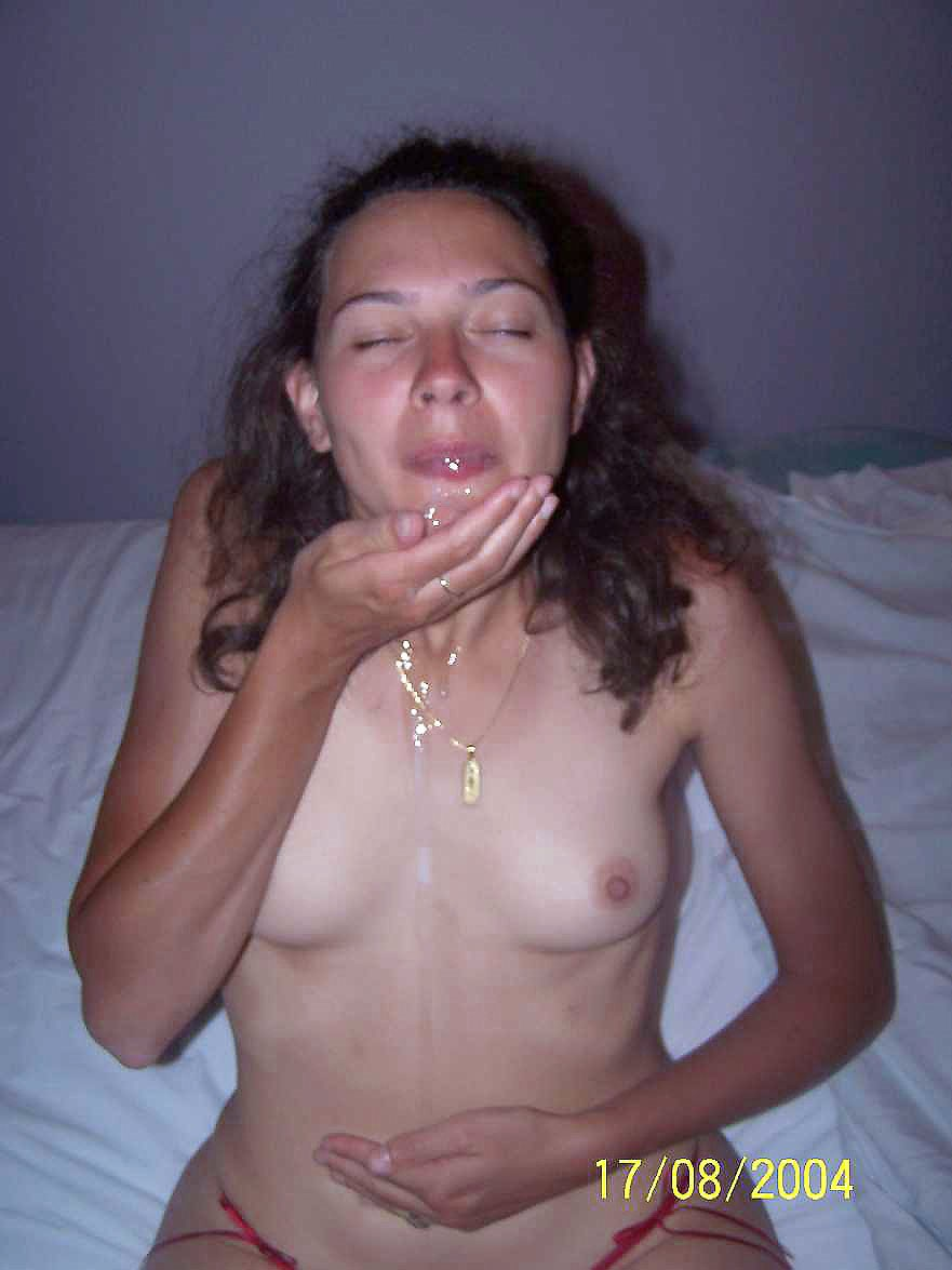 Дама в чулках демонстрирует волосатую киску перед минетом