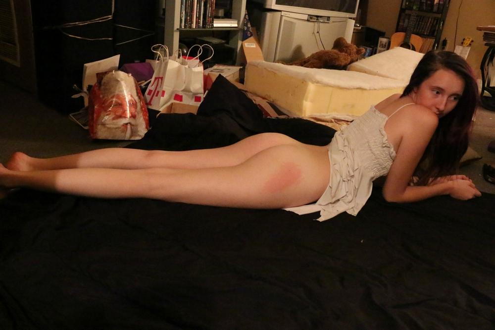 19 Летняя шлюшка на кухне стащила с себя розовые шорты секс фото