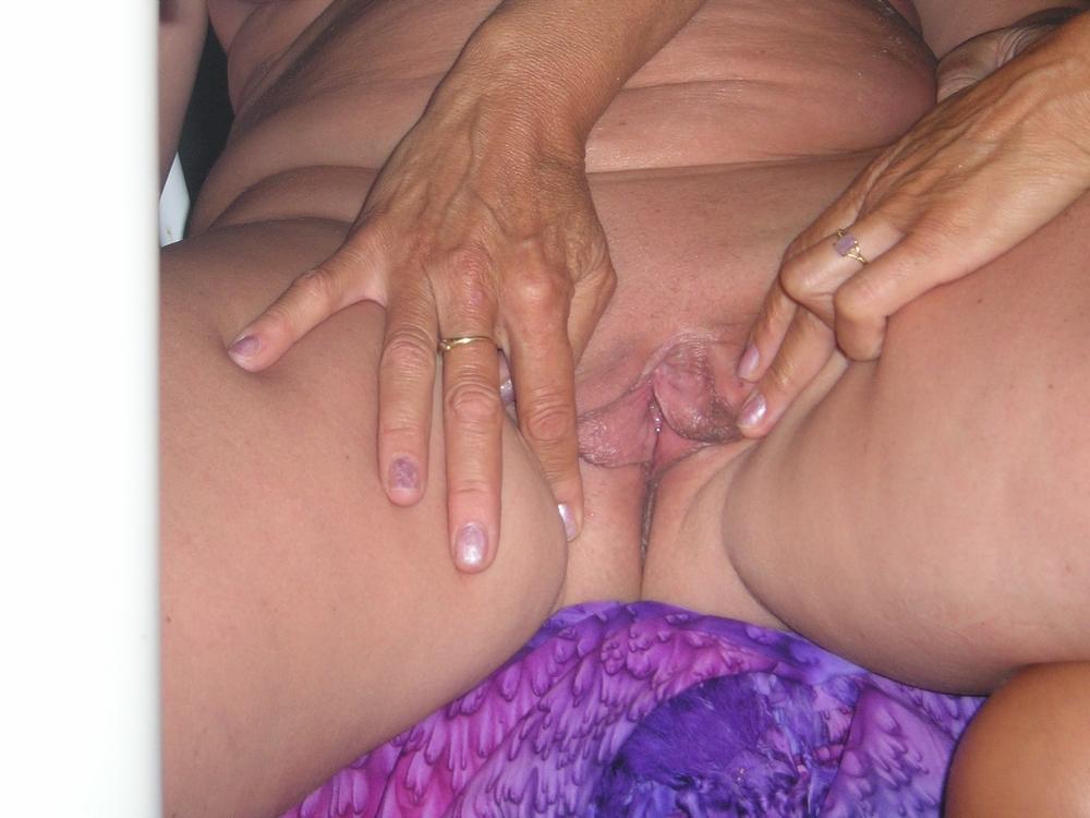 Две тетки забавляются с мужиком на поляне секс фото