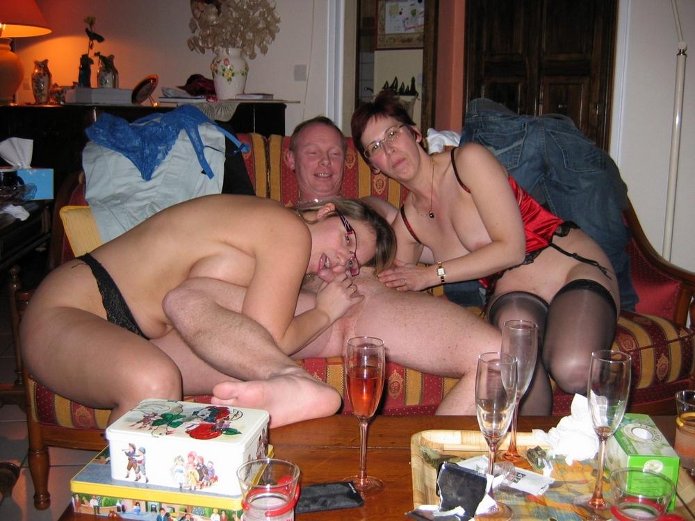 Толстопопые милфы приготовились к сексу втроём
