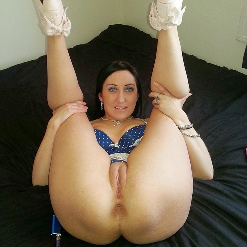 Мамочка с целлюлитными ляжками в своей квартире блистает дойками